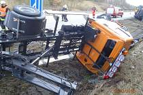 Nákladní automobil narazil do označeného vozidla SSÚD, které převrátil.