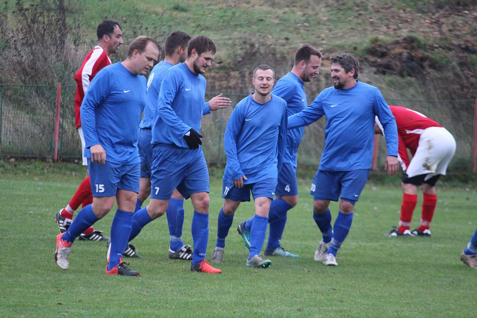 Vedeme 1:0! Hráči Studánky se radují z prvního (a jediného) gólu v síti Chodova. Jeho autorem je Martin Vlček (vpravo v modrém).