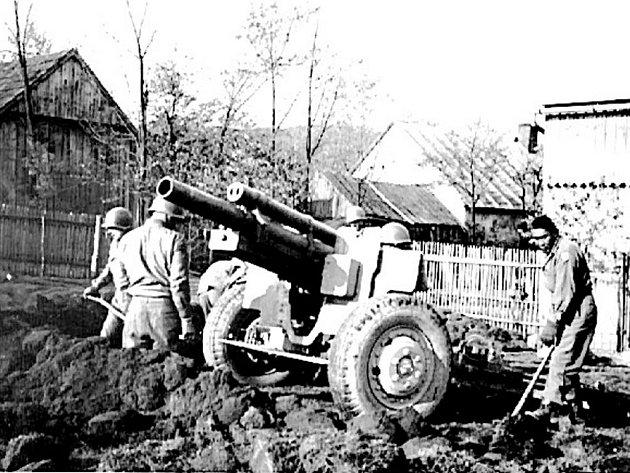 Dobový snímek z konce druhé světové války zachycuje kanon ráže 110 mm a americké vojáky při budování palebného postavení ve Studánce