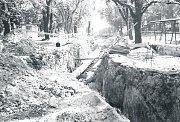 Snímek z roku 1985. Fotograf na něm zachytil bývalou Gottwaldovu ulici (Dnes T.G. Masaryka) v době, kdy byla zcela rozkopána. Dělali zde tehdy vodu a potrubí vedlo až na Rapotín.