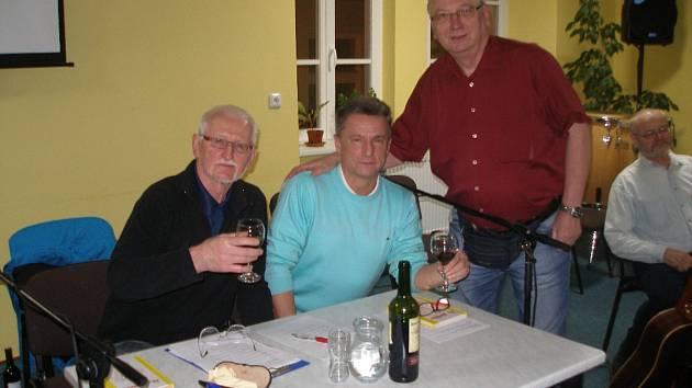 Hostem Karla Johany byl tentokrát ředitel tachovské polikliniky Petr Tuháček. Na snímku zleva: moderátor Karel Johana, Petr Tuháček, bývalý starosta Tachova Ladislav Macák a muzikant Václav Holub.