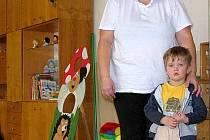 Mateřská škola v Chodové Plané měla zápis nových dětí. Jedním z prvních byl  Martin Ivanič (na snímku se svojí maminkou Ivanou Ivaničovou)