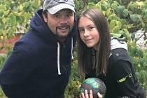 VÁCLAV BEZDIČKA může být pyšný na své děti. Dcera Viktorie (na snímku) hraje házenou za plzeňský klub DHC, syn David působí aktuálně ve fotbalové Viktorii Žižkov.