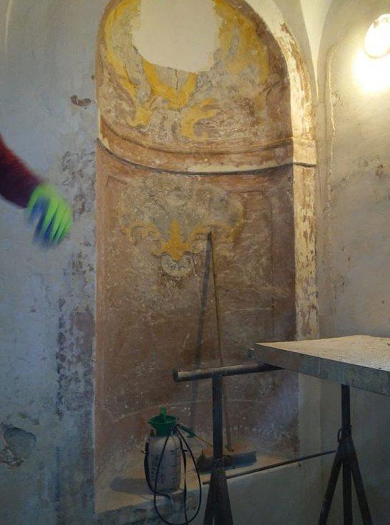 Niky na schodišti ukrývaly fresky.