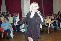 Helena Vondráčková v podání travestity Roberta Brechličuka (na snímku) vzbudila při oslavách MDŽ  bouřlilvý ohlas.
