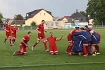 Tachovští fotbalisté (v červeném) zajíždějí v sobotu do Písku.