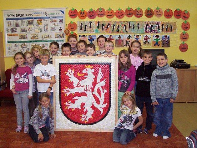 Děti ze ZŠ Hornická se znakem Tachova z plastových víček.