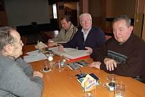 RUDOLF HUTTA, RICHARD VOLKA A JAROSLAV MAŠEK (zleva) při vzpomínkovém setkání na výstavbu plaveckého bazénu v Tachově.