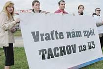 Skupina aktivistů, kterým se nelíbí, že z tabule u dálnice byl odstraněn nápis upozorňující na Tachov, se sešla v pátek odpoledne u dálnice D5 u sjezdu na Tachov.