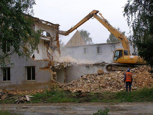 Ve stříbrských kasárnách zmizela jedna z největších staveb – vojenská ubytovna.