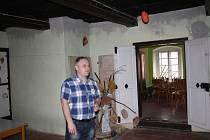STAROSTA ČERNOŠÍNA Jan Grigar v objektu bývalé fary. Z místností v přízemí by se mělo v příštích měsících stát malé regionální muzeum.