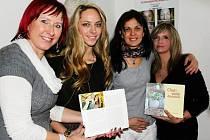 KUCHAŘINKY. Jana Lipchavská, Soňa Gabriela Marková, Andrea Kropáčová a Ludmila Bašková (na snímku zleva) ze Studánky představují novou publikaci Chuť a vůně domova.