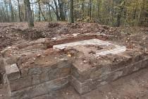 PO ODKRYTÍ SE UKÁZALY ZBYTKY stavby kaple na Vysoké. Zdi byly dvouplášťové a zachovala se i část podlahy.