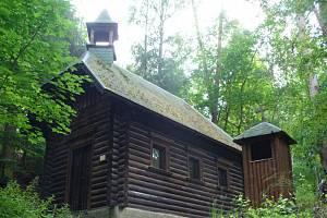 Na úseku, který není uzavřen, je možné obdivovat tuto kapličku z 19. století.