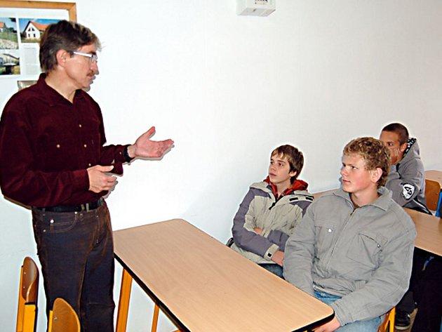 Učitel odborných předmětů  Jaromír Hohler (na snímku) přivítal ve světecké průmyslovce zájemce o obor truhlář.