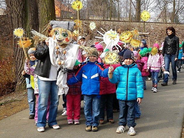 Průvod dětí s Moranou prošel městem. Symbol zimy skončil ve Mži.