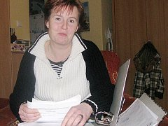 Leona Vršková ukazuje stoh dokumentů týkajících se vymáhání dlužného výživného na děti.