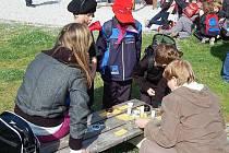 UČILI SE O PŘÍRODĚ. Žáci ZŠ Kostelní v pátek slavili Den Země. Na tomto stanovišti se učili poznávat koření.