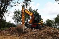 Hromada cihel zbyla na konci srpna po demolici statku na bývalém Kozlí v Ošelíně.