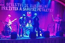 NA ANTIKOMUNIST FEST DO LESTKOVA dorazila i kapela ze Sokolovska, která se jmenuje Blahobeat. Zpěvák této kapely dokázal doslova strhnout publikum na svou stranu a udělat pořádnou show.