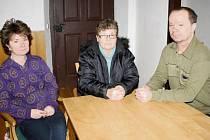 Kristýna Rýdlová, Zdeňka Buchtíková, Antonín Buchtík (zleva) a další čtyři členové rodiny musejí čekat. Nic jiného jim nezbývá