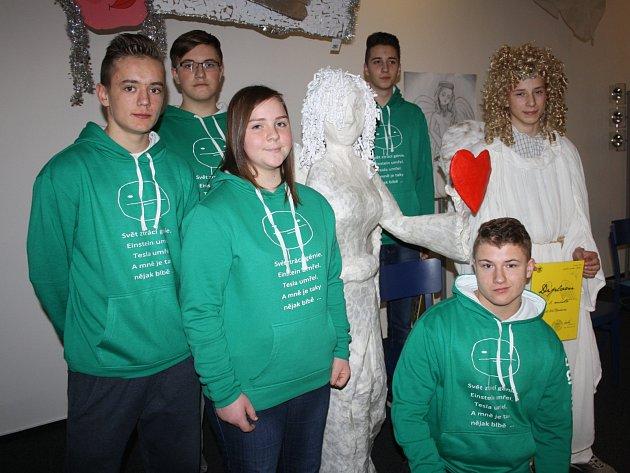 Žáci deváté třídy kladrubské školy se svým vítězným andělem.