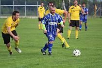 Kostelecký Lukáš Honzík (v modrém) vstřelil v sobotu vítězný gól svého týmu při obratu proti Bezdružicím.