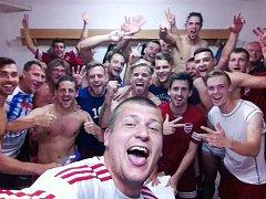 Fotbalová radost v kabině po vítězství Tachova v Kolíně.
