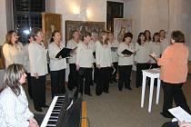 Členky Tachovského ženského sboru při koncertu v refektáři muzea Českého lesa.  Jejich koncert navštívili nejen příznivci, ale i bývalé členky.