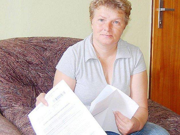 JAROSLAVA PAVLIČKOVÁ ukazuje dokumenty, podle kterých nemá nárok na přídavky na děti a jiné dávky.