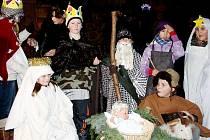 Živý betlém sestavili děti z Boru při příoležitosti rozsvícení vánočního stromu na náměstí.