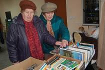 NEJVĚTŠÍ zájem byl na bleším trhu o knihy a drobné dárkové předměty. Také dámy na snímku si prohlížely hlavně knihy.