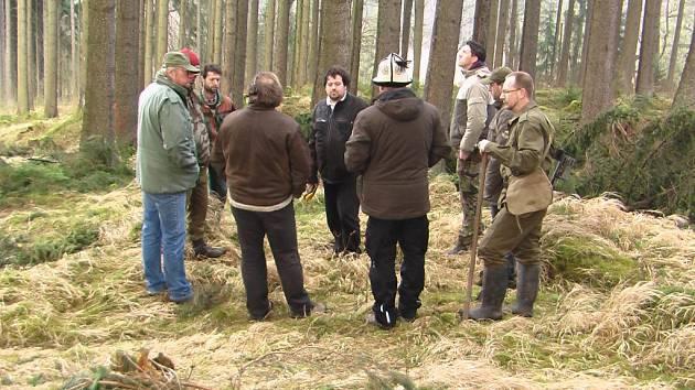 Skupinka hledačů s archeologem Janem Maříkem (uprostřed).