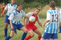 Fotbalisté Jiskry Bezdružice hráli v Plané nerozhodně 1:1. Na archivním  snímku Jiří Gengel (uprostřed), jenž měl v derby na noze vítěznou branku, ale šanci neproměnil.