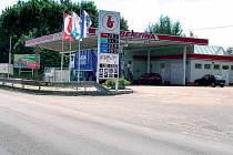 Za touto čerpací stanicí v Plzeňské ulici by měl vedle požární zbrojnice stát i heliport.