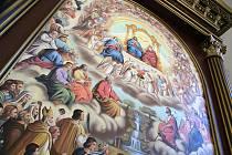 Instalace oltářního obrazu v kostele v Boněnově. Autor obrazu Zdeňek Rolko (v černém).