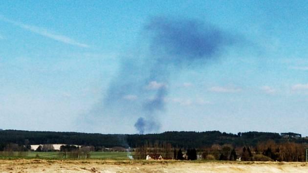 Kouř z hořící skládky viditelný ze vzdálenosti 12 km vzdušnou čarou.