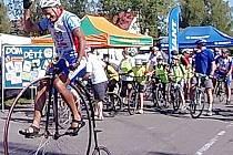 Josef Zimovčák ny vysokém kole se ve Stříbře postavil do čela cyklistického závodu
