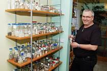KRÁLOVSTVÍ PÍSKŮ.  Zdeněk Černý (na snímku) sbírá vzorky písků či kamínků už od roku 2002.  Od té doby se mu jich sešlo 333.