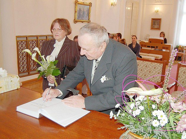 Slavnostní podpis do pamětní knihy Anny a Václa Sušánkových byl součástí malého obřadu