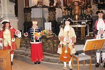 Nová komorní harmonie se v borském chrámu představila v barokních kostýmech.