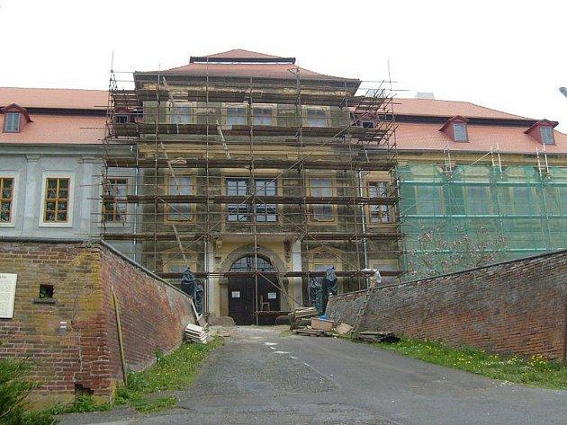 Ve Svojšíně dokončují v současné době fasádu na zámku.