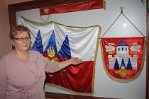 Starostka Ctiboře Jarmila Žemličková představuje výsostné symboly obce – znak a prapor. Ty jsou uloženy vy vitríně na radnici