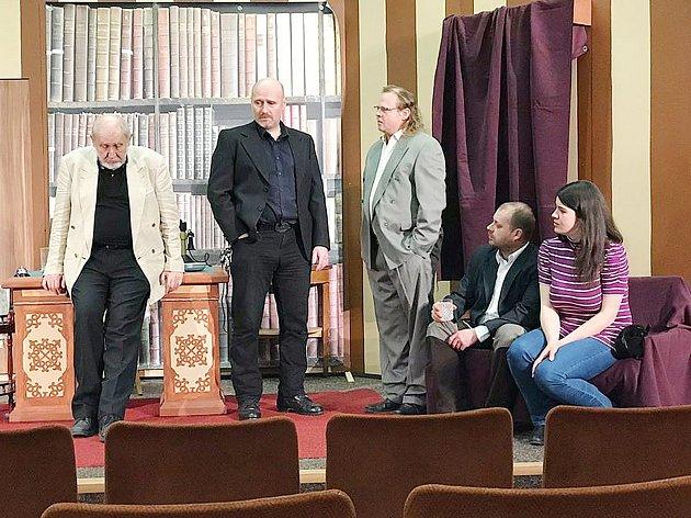 Generální zkouška na nové představení Dům u dvou vražd je již minulostí. Tachovské divadelníky čeká premiéra, která se uskuteční dnes večer.
