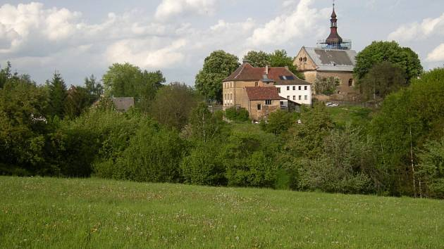 V severovýchodním cípu tachovského okresu, vysoko nad hlubokými údolími Nezdického potoka a potoka Luhu, leží vesnička Křivce.
