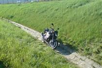 S otřesem mozku vyvázl ve čtvrtek odpoledne z dopravní nehody jedenačtyřicetiletý motorkář. Na sjezdu z dálnice D5 na Nové Hospodě nezvládl v zatáčce svůj stroj, převrátil jej a narazil do příkopu