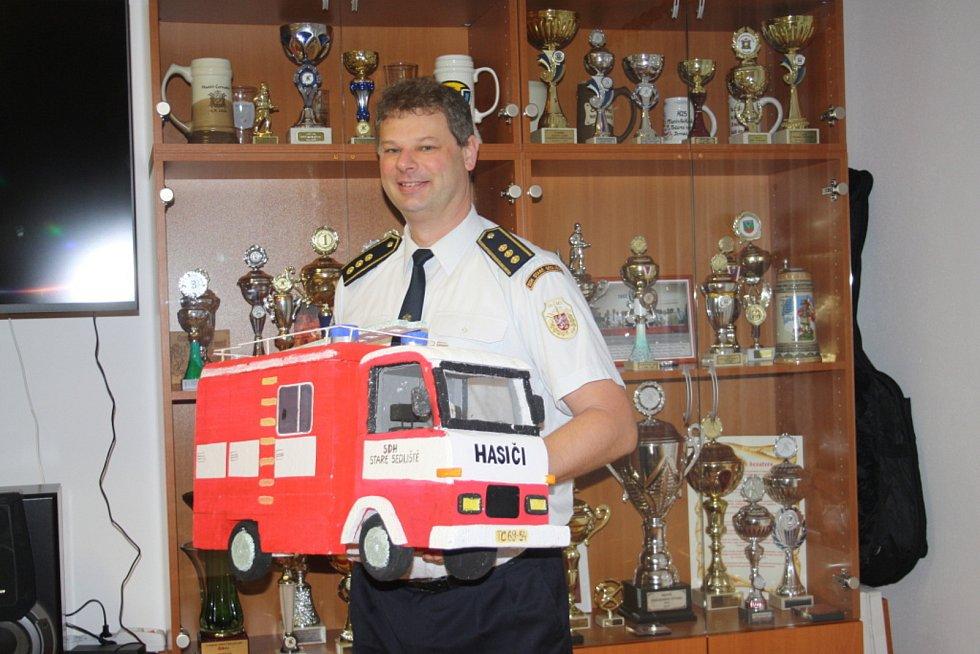 Mezi oceněnými profesionálními hasiči roku získal Jiří Vacek druhé místo. Snímky jsou z vyhlášení ankety Dobrovolný hasič roku, kde Jiří Vacek přebíral cenu za SDH Staré Sedliště, a z otevření přístavby zbrojnice v S. Sedlišti.