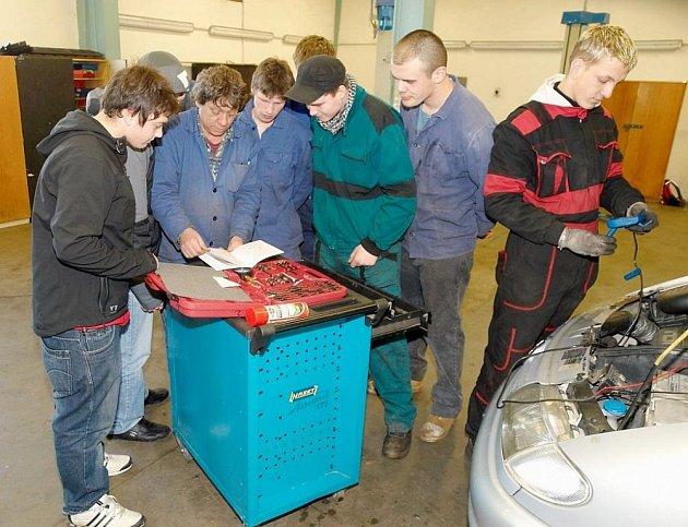 Střední škola v Boru má otevřeny tři učební obory. K technickým patří opravář zemědělských strojů a mechanik opravář motorových vozidel – automechanik.