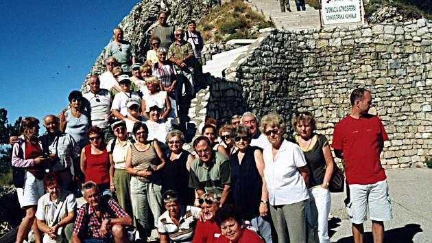 Účastníci desetidenního zájezdu na schodišti vedoucím k mauzelou vladyky Njegoše. Turisté si z pobytu odvezli řadu fantastických zážitků.