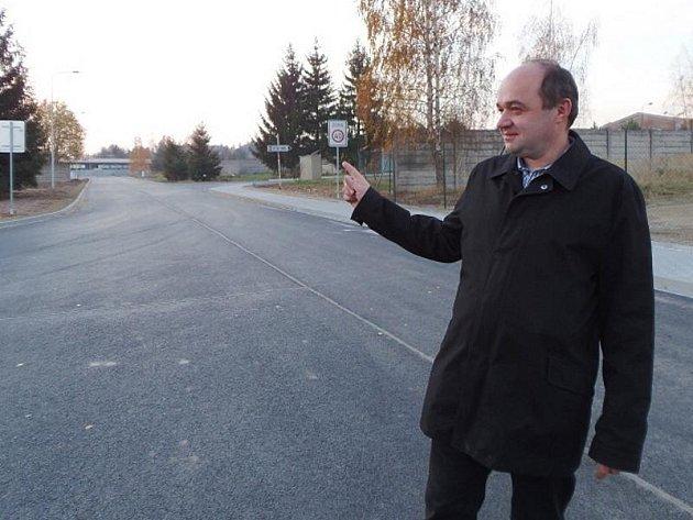 NOVÁ KOMUNIKACE. Vladimír Müller, zástupce developerské firmy, která spravuje areál bývalých stříbrských kasáren, ukazuje novou cestu, která v minulých měsících v areálu vznikla. Kromě toho byly rozšířeny a modernizovány inženýrské sítě.